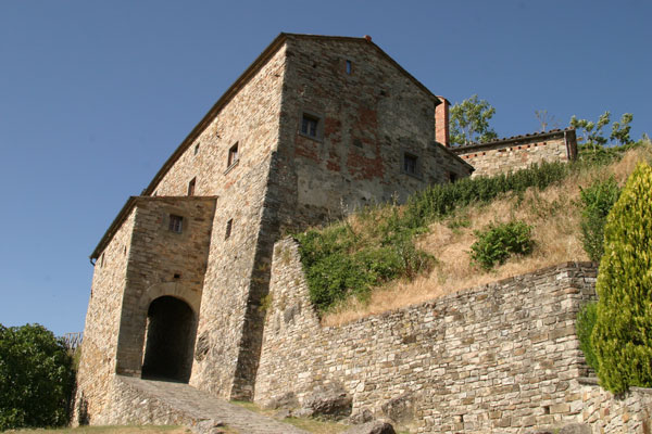 Gressa (600Wx400H) - The outer walls - photo courtesy of Paolo Ramponi - castellitoscani.com