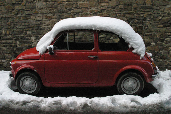Cinquecento in Florence (600Wx400H) - A Cinquecento under the snow in December 2005 (Photo by Marco De La Pierre)