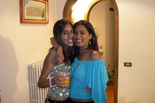 Download Deepa&Hina from London (600Wx400H)