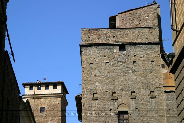 Tower in Florence (600Wx400H) - Medieval tower in Piazza Davanzati, Florence [Photo by Paolo Ramponi]