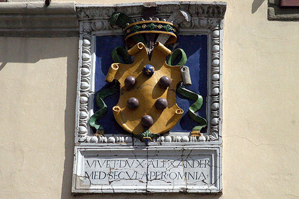 Medicean coat of arm (600Wx400H) - Colourful Medicean coat of arm on the facade of a Palazzo in Piazza Ognissanti (Photo by Paolo Ramponi)