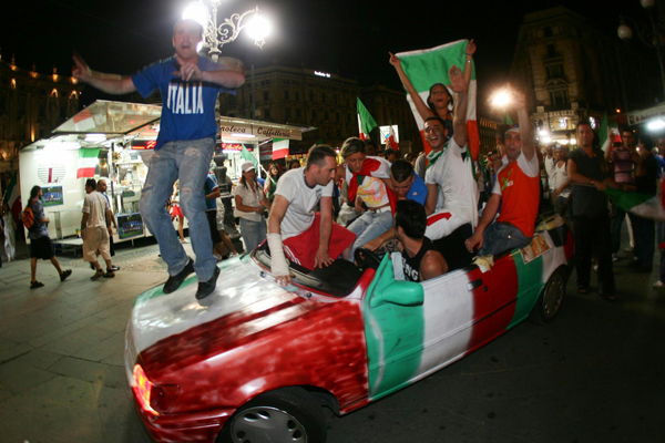 Crazy Cars (600Wx400H) - Thousands of couloured cars have invaded the Italian cities immediately after the end of the match... (Photo Courtesy of Repubblica.it)