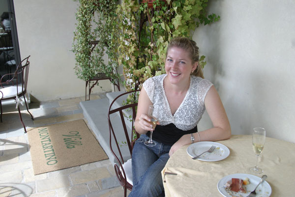 Coffee break at the Villa (600Wx400H) - Alissa (student from NY) having a lunch break at Villa montartino, Florence.