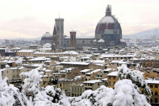 Snow in Florence (530Wx353H) - 28th December 2005 - View of Florence from Piazzale Michelangelo (Photo by Marco De La Pierre)