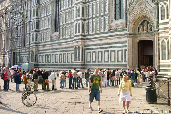 Line in Duomo  (600Wx400H) - Queue of tourists at the lateral entrance of Duomo (Photo by Marco De La Pierre)