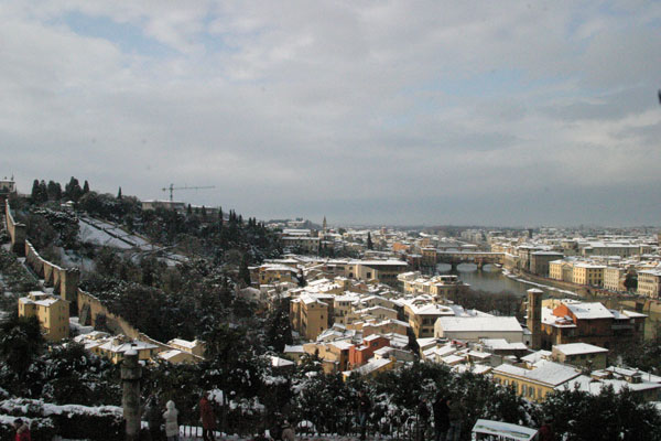 Florence and Forte walls (600Wx400H) - 28th December 2005 - View of Florence from Piazzale Michelangelo. On the left the walls of Forte Belvedere (Photo by Marco De La Pierre)