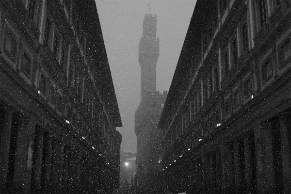Uffizi and Palazzo Vecchio (600Wx400H) - Snow storm at Uffizi Museum. (Photo Courtesy of <a href='http://xoomer.virgilio.it/neveafirenze/' target='_blank'>Marco di Leo </a>)
