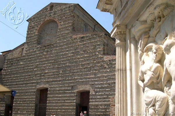 The San Lorenzo's facade (600Wx400H) - In the background the magnificent romanic facade of San Lorenzo.