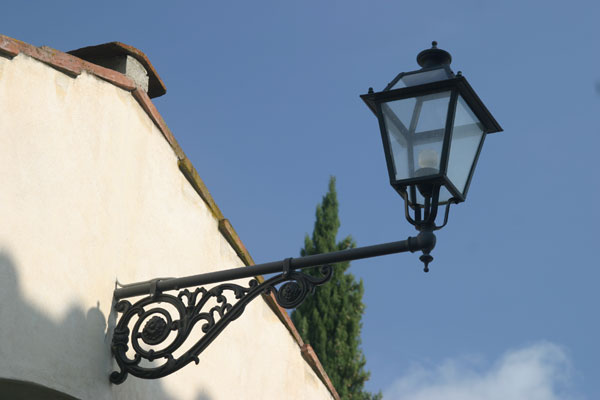 Tuscan Country Lamp (600Wx400H) - Street Lamp in Tuscan coutryside around Florence...Photo by Marco De La Pierre)