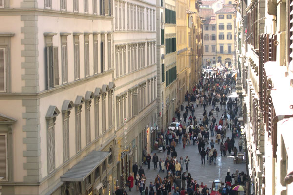 Crowd in Via Calzaiuoli (600Wx400H) - If you decide to come in Florence between March and July be prepared to this....;) (Photo by Marco De La Pierre - studentsVille.it)